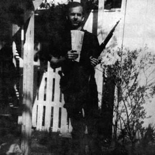 Lee-Harvey-Oswald-backyard